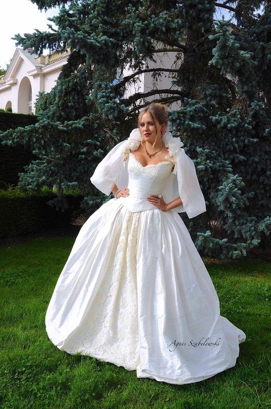 Robe de mariée Victoria en soie et dentelle de Calais avec cape en organza de soie Agnès Szabelewski