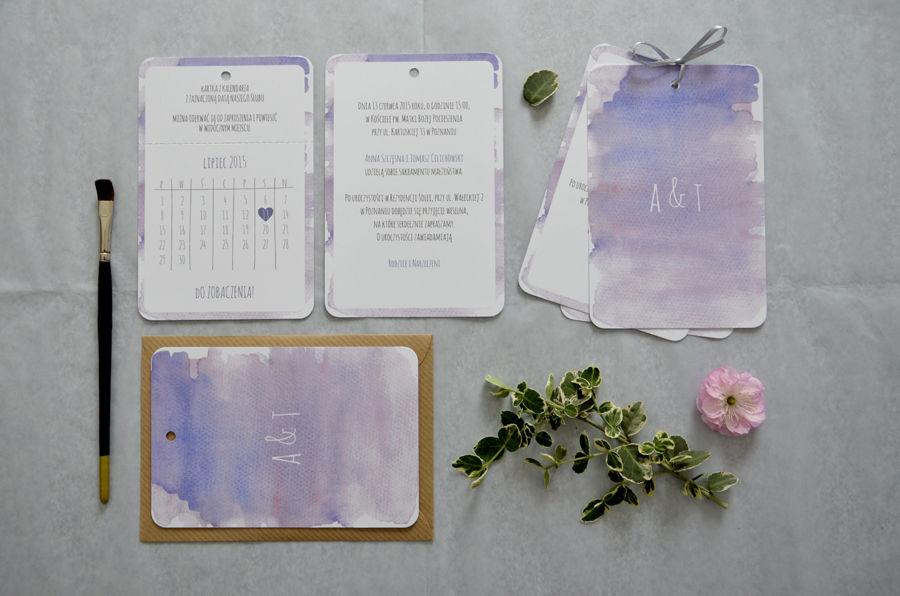 Zaproszenia ślubne Kalendarz - fioletowe akwarelowe tło. Karta z kalendarzem przygotowana do oddarcia wzdłuż mikroperforacji.
