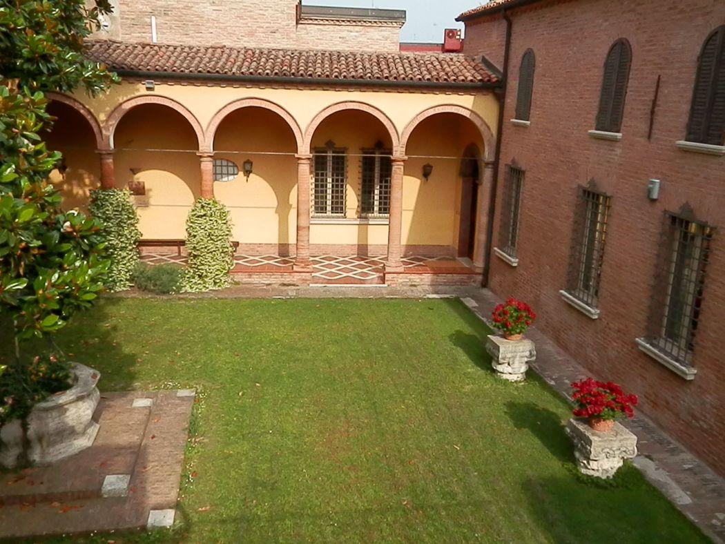 Casa Colombani Panoramica  giardino di ingresso con colonnato affrescato e pozzo centrale