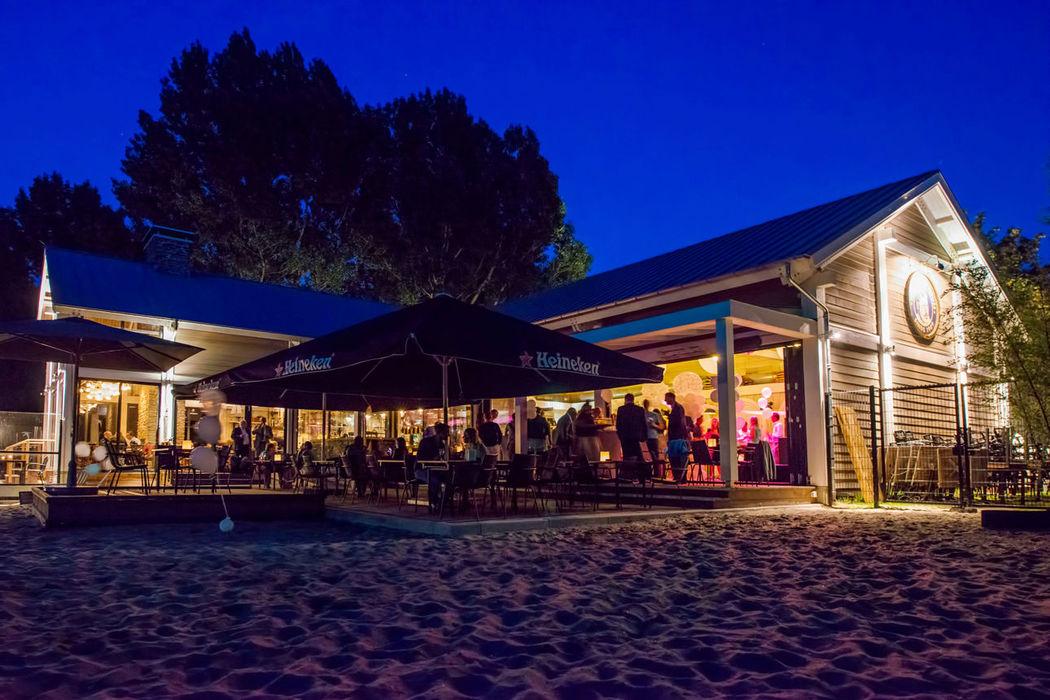 Papa's Beach House, officiële trouwlocatie,  aanzicht 's avonds