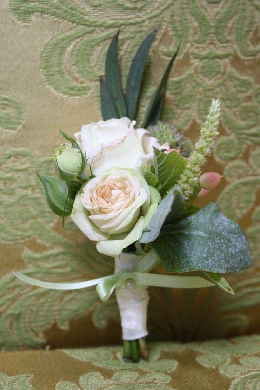 Passender Anstecker zum Brautstrauß in grün-weiß