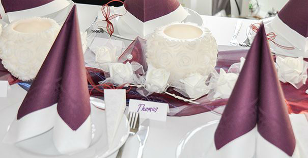Beispiel: Tischdekoration zur Hochzeit in Weiß und Burgundy mit Rosen-Windlicht, Foto: Tischdeko-Shop.de.