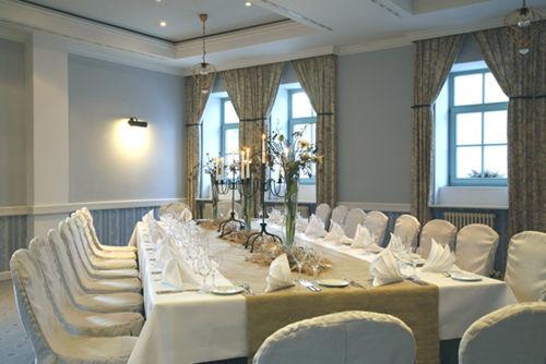 Beispiel: Fliederhof - Hochzeitstafel, Foto: Schlosshotel Pillnitz.