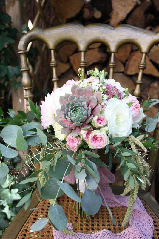 Brautstrauß in blushed pastells im Vintage Stil mit passender Sukkulente Foto: Calla Décoration