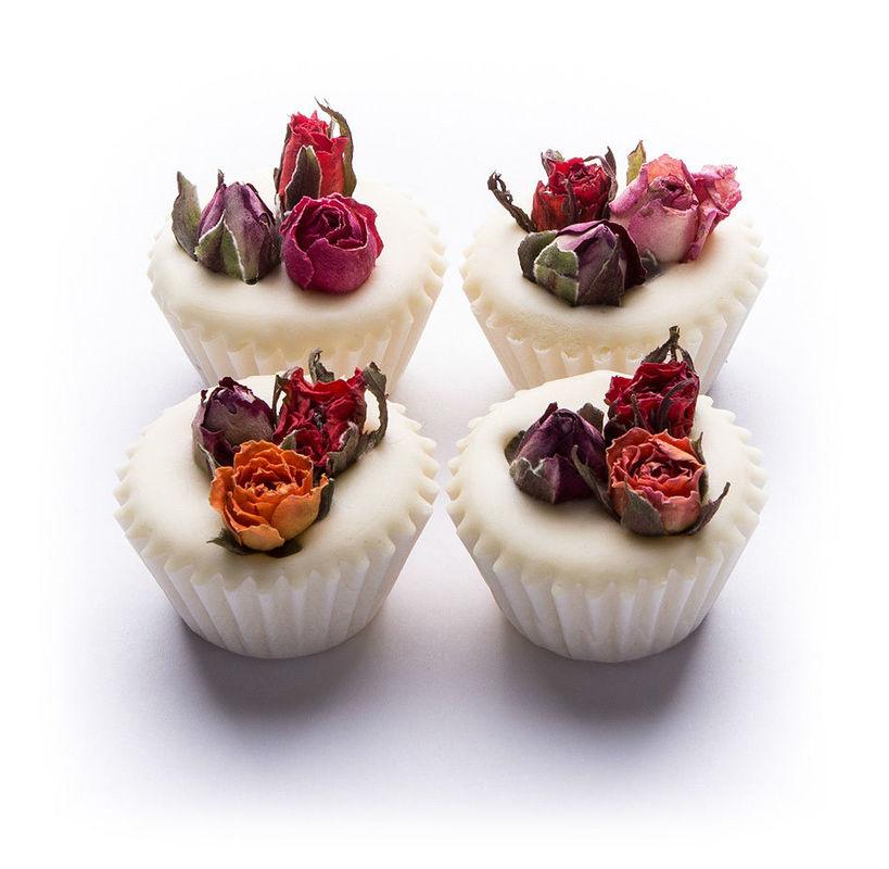Bathmelts en forma de bombón, hechas de manteca de karité y perfumadas con aceites esenciales. Adornadas con flores naturales y presentadas en cajitas (diferentes modelos y colores) con lazo de organza. Aroma a elegir.  Un detalle que proporcionará a tus invitados un auténtico baño de placer. Posibilidad de etiquetado personalizable.