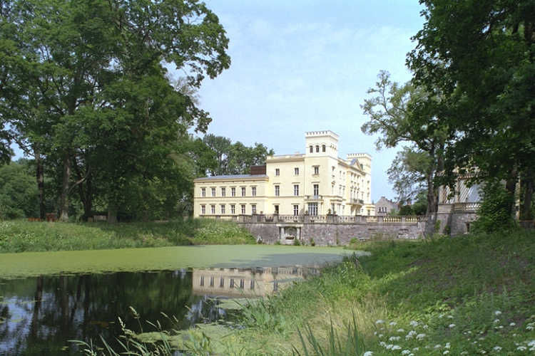 Beispiel: Schloss mit Teich, Foto: Schloss Steinhöfel.