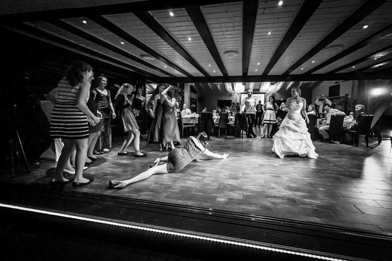 Brautstrauß Brautstrauß werfen, iris Woldt, moderne Hochzeitsreportagen, einzigartig, emotionale Hochzeitsreportagen vom Hochzeitsfotografen