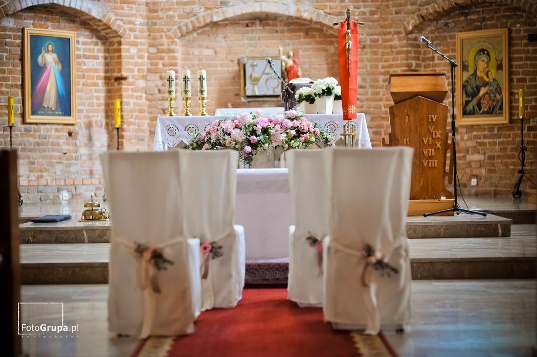 Dekoracja w kościele Mały Park Kwiaciarnia Alternatywna