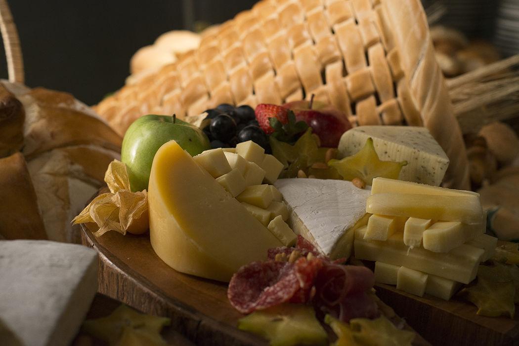mesa de quesos con canasta hecha en pan!