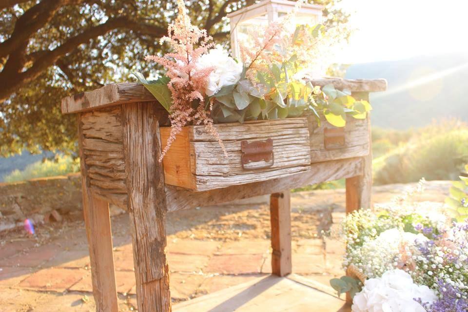 Mesa de Ceremonia Country style,con una puesta en escena muy desenfadada y natural.  http://lafloreria.net