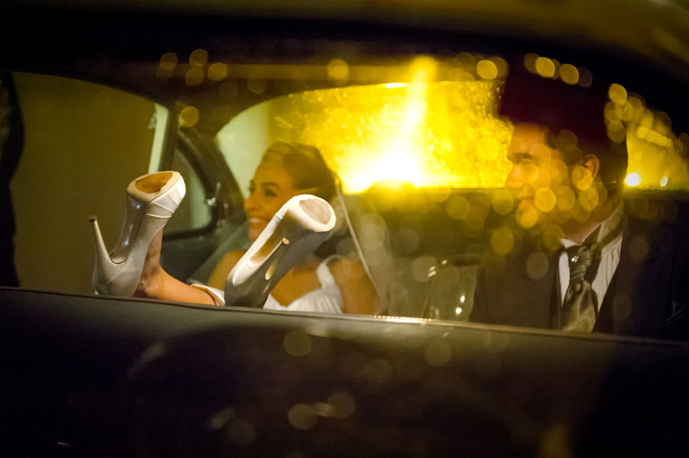 Foca • Noivos relaxados no carro