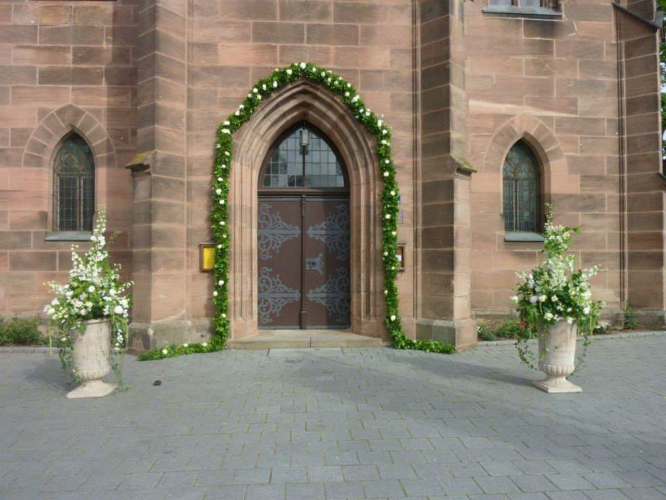 Beispiel: Dekoration der Kirche, Foto: Blumen Kuhn Floraldesign.