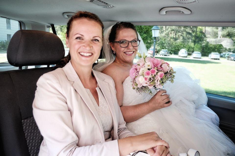 Die Braut und ich fahren zur Trauung.