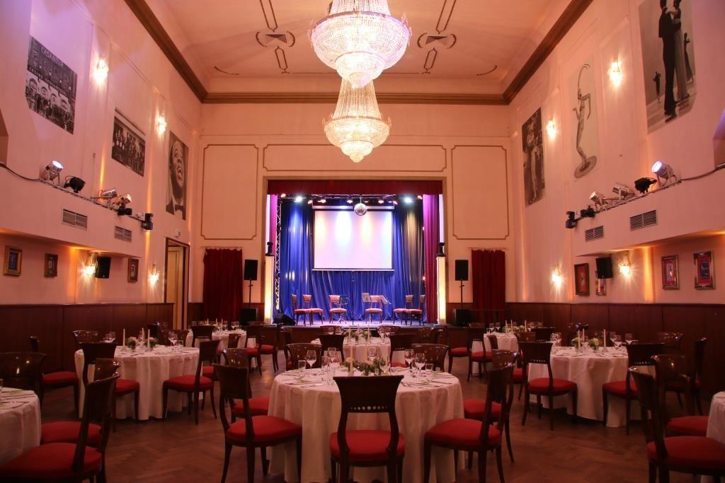 Großer Saal für Hochzeit mit Bühne
